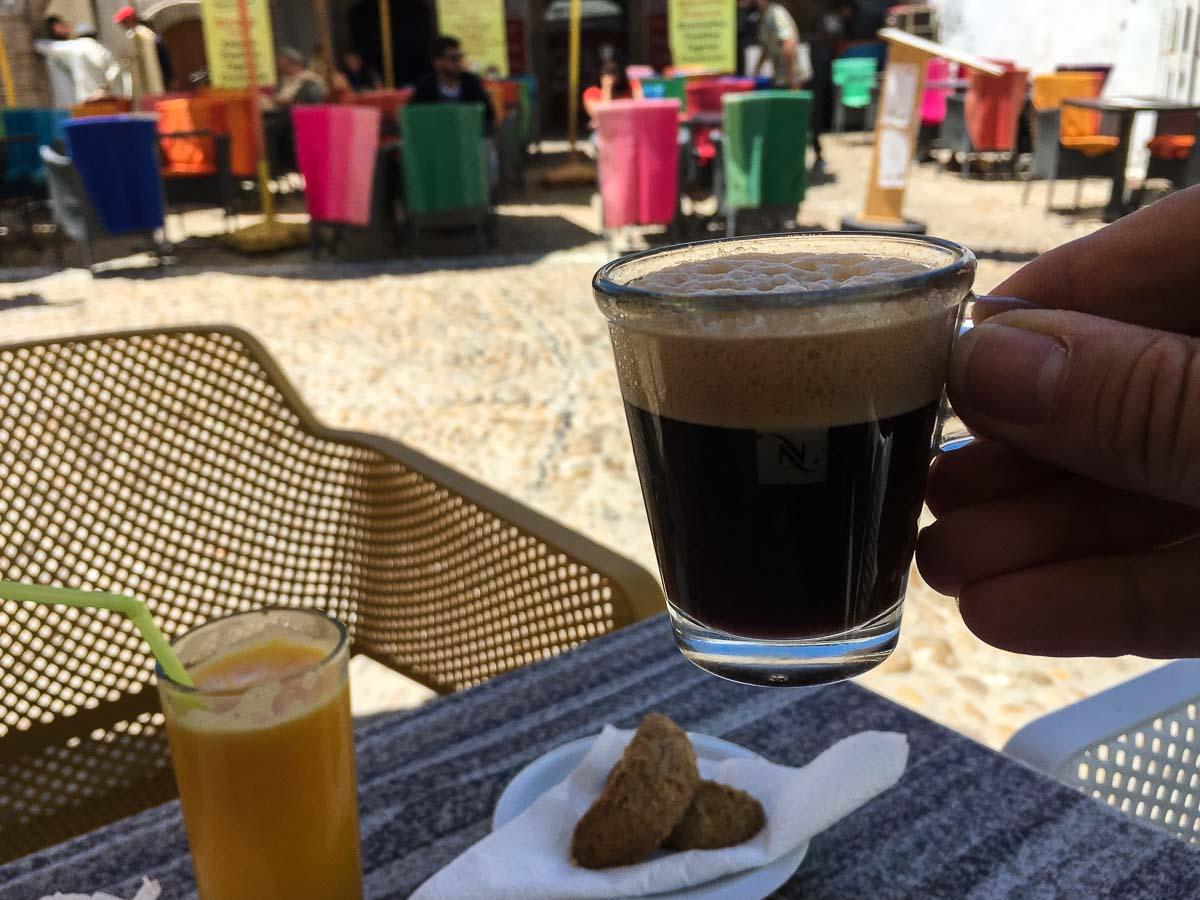 Ein guter Espresso im Schatten